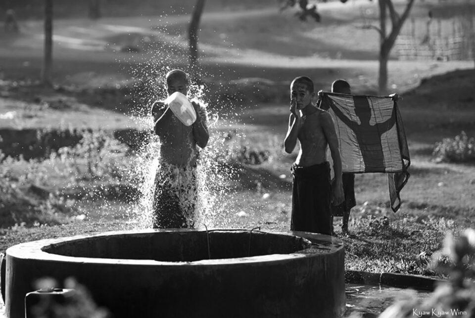 8. Kyaw-Kyaw-Winn_Monks-Bathing_Myanmar