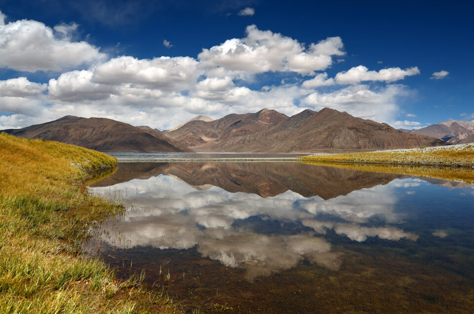 A lake reflection with interesting foreground - how to take reflection photos
